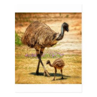 Madre que vigila su bebé tarjeta postal