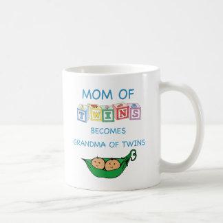 Madre y abuela de gemelos taza clásica