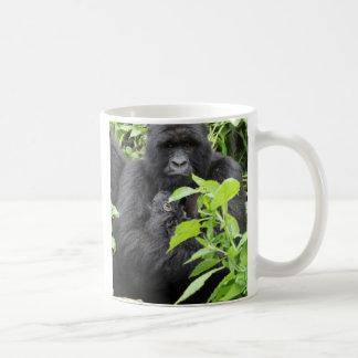 Madre y bebé del gorila de montaña taza de café