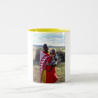 MADRE Y BEBÉ DEL KENYAN EN KENIA TAZA DE CAFÉ