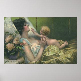 Madre y bebé del vintage que juegan en cama póster