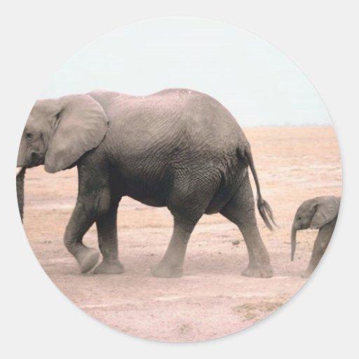 Madre y becerro del elefante pegatina redonda