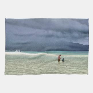 Madre y niño en la playa toallas de mano