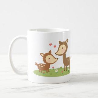 Madre y niño lindos de los ciervos del arbolado taza clásica