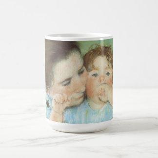 Madre y niño por Cassatt, impresionismo del Taza Básica Blanca
