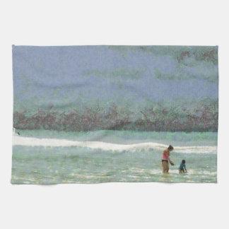 Madre y niño que gozan en la playa toallas de cocina