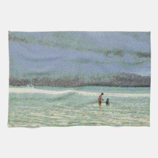 Madre y niño que gozan en la playa toallas de mano