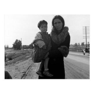 Madre y niño sin hogar - 1939 postal