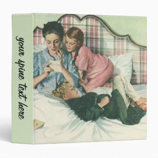 """Madre y niños del vintage que leen tarjetas en carpeta 1 1/2"""""""