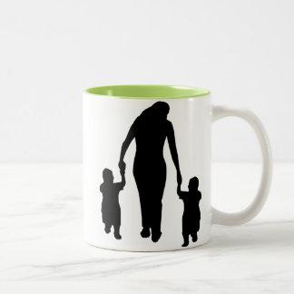 Madre y niños; Refresque el diseño Taza De Dos Tonos