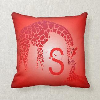 Madre y rojo lindo del monograma el   de la jirafa cojín decorativo