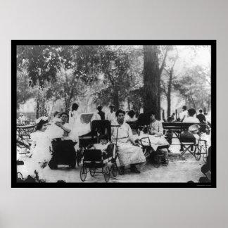 Madres y bebés en un parque en New York City 1912 Poster
