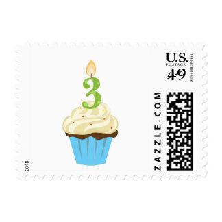 Magdalena azul del tercer cumpleaños con tres timbres postales