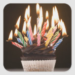 Magdalena con las velas del cumpleaños pegatina cuadradas personalizada