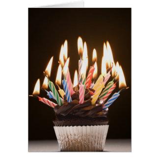 Magdalena con las velas del cumpleaños felicitaciones