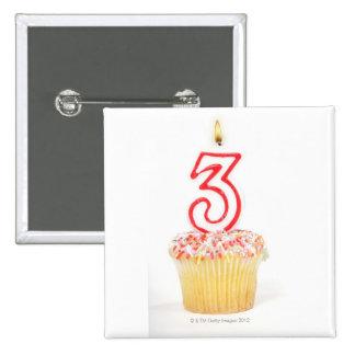 Magdalena con una vela numerada 9 del cumpleaños pin cuadrada 5 cm