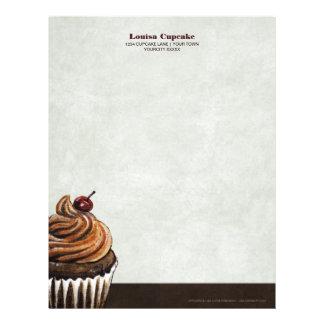 Magdalena del chocolate con la cereza y la formaci membrete personalizado