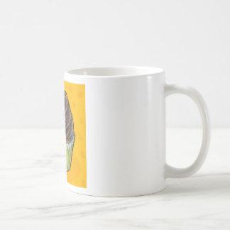 Magdalena del chocolate en amarillo taza de café