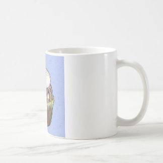 Magdalena del chocolate en azul taza de café