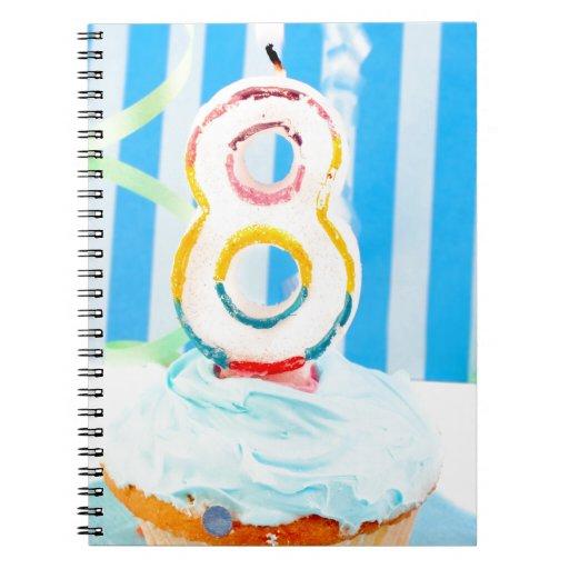Magdalena del cumpleaños con el número 8 velas cuadernos