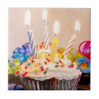 Magdalena del cumpleaños con las velas azulejo cuadrado pequeño
