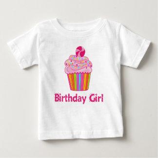 Magdalena del cumpleaños de la sorpresa playera de bebé