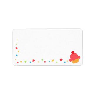 Magdalena del cumpleaños y espacio en blanco color etiqueta de dirección