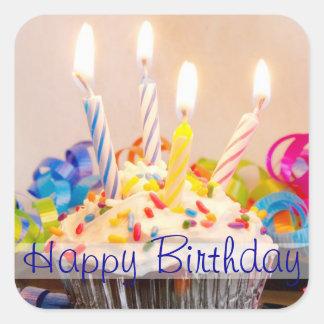 Magdalena del feliz cumpleaños con las velas pegatinas cuadradases personalizadas