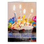 Magdalena del feliz cumpleaños con las velas tarjeta