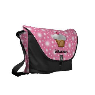 Magdalena del recorte con la cereza rosada en el t bolsa de mensajería