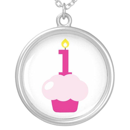 Magdalena linda con la vela del cumpleaños collar plateado