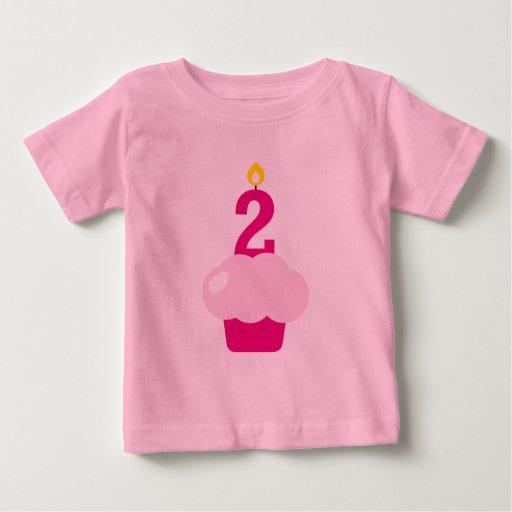 Magdalena linda con la vela del cumpleaños playera de bebé
