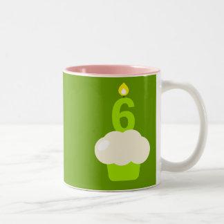 Magdalena linda con la vela del cumpleaños taza de café de dos colores