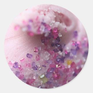 Magdalena rosada con el azúcar rosado y púrpura pegatina redonda