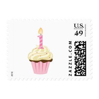 Magdalena rosada del primer cumpleaños con un timbres postales