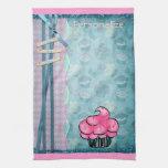 Magdalena rosada linda de la toalla de cocina pers