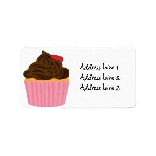 Magdalena rosada y chocolate que hielan la etiquet etiquetas de dirección