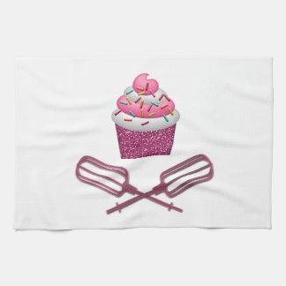 Magdalena y batidores cruzados en rosa toalla de cocina