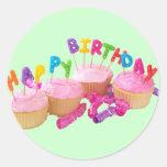 Magdalena y velas del feliz cumpleaños pegatina redonda