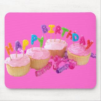 Magdalena y velas del feliz cumpleaños alfombrillas de raton