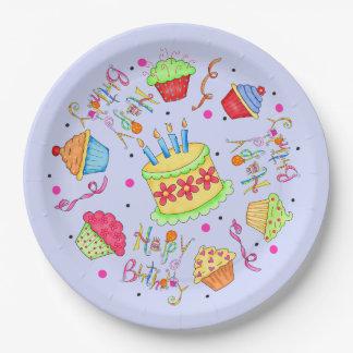 Magdalenas coloridas de la lavanda y cumpleaños de platos de papel
