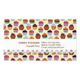 Magdalenas coloridas peculiares con la tarjeta de tarjetas de visita