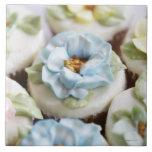 magdalenas con la formación de hielo de la flor azulejo cuadrado grande