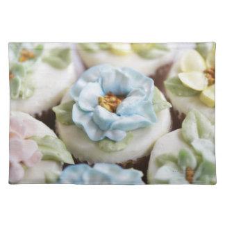 Magdalenas con la formación de hielo de la flor manteles