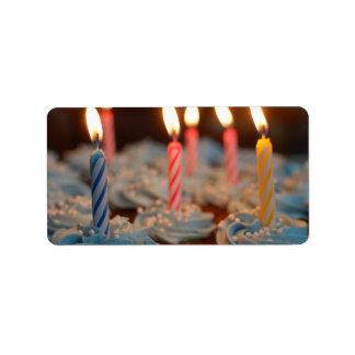 Magdalenas de la vela del cumpleaños etiquetas de dirección