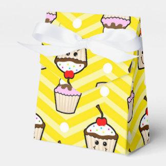 Magdalenas felices en las rayas amarillas de caja para regalos de fiestas
