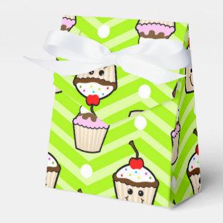Magdalenas felices en las rayas verdes de neón de cajas para regalos