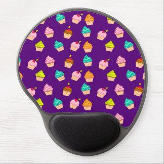 Magdalenas lindas deliciosas en púrpura alfombrilla de raton con gel