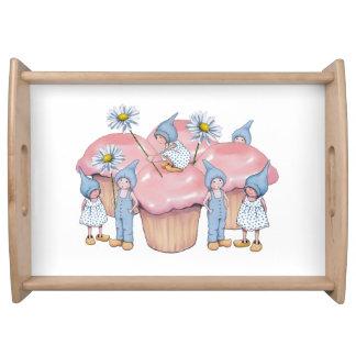 Magdalenas rosadas con los niños y las margaritas bandejas