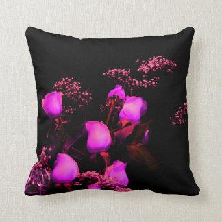 magenta color de rosa del aerosol contra negro cojín decorativo